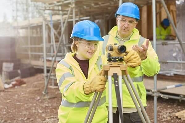 Quanto ganha um engenheiro civil: estudante de engenharia no canteiro de obras