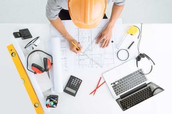 Quanto um engenheiro civil ganha: engenheiro fazendo planta baixa