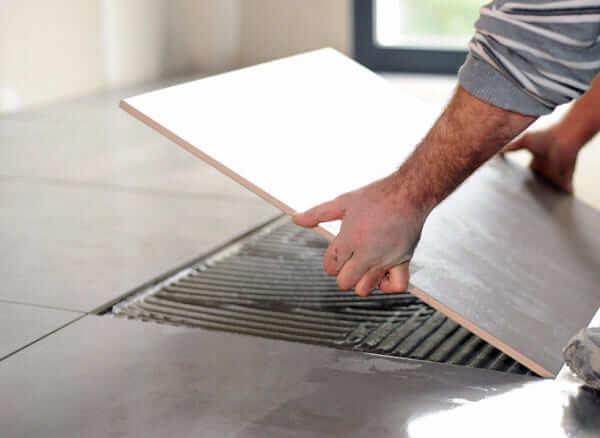 Reforma de apartamento: aplicação de revestimento no piso