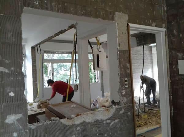 Reforma de apartamento: reconstrução de parede (foto: Almeida Guimarães)