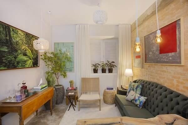 Urban Jungle: sala de estar com quadro de floresta (projeto: Jessica Castelli, Paulo Kobayashi e Roberto Fazilari)