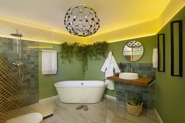 Urban Jungle: sala de banho com parede verde (projeto: Vanessa De Mani)