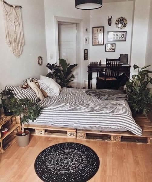 Urban Jungle: cama de pallet e plantas ajudam a levar clima de natureza para o quarto (foto: Pinterest)