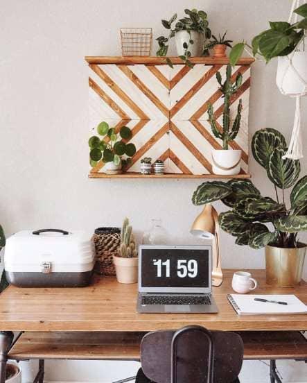 Urban Jungle: mesa e prateleira de madeira harmonizam com plantas (foto: Pinterest)