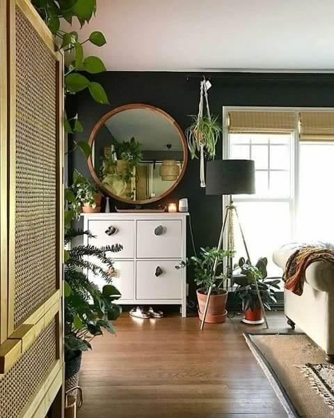 Urban Jungle: parede verde escuro traz profundidade para decoração (foto: Pinterest)