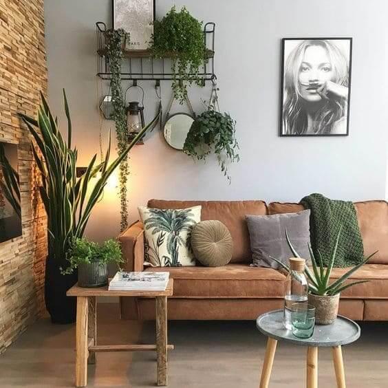 Urban Jungle: prateleira de ferro e almofada com estampa de planta ajudam na composição (foto: Pinterest)