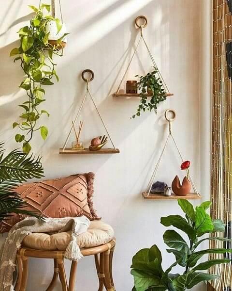 6. Urban Jungle: prateleiras penduradas são ideais para espaços pequenos (foto: Pinterest)
