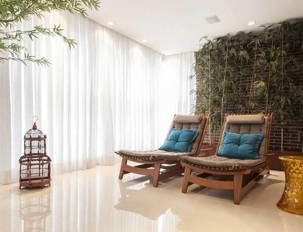 Urban Jungle: sala com árvores grandes (projeto: Deborah Basso)