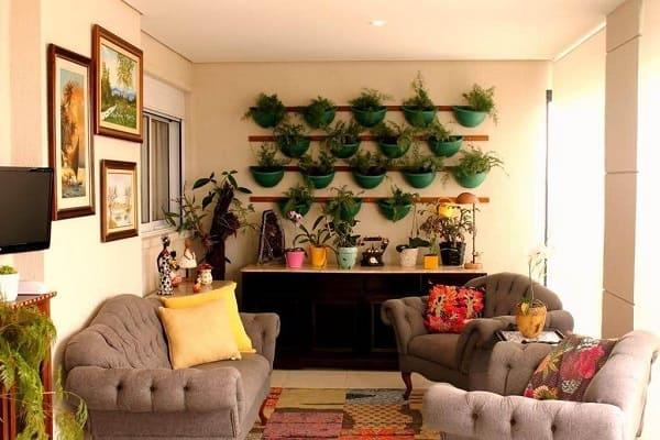 3. Urban Jungle: sala de estar com jardim vertical e aparador com vasos (projeto: Revista Viva Decora)