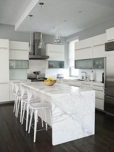 Balcão de mármore branco na cozinha deixa o espaço elegante