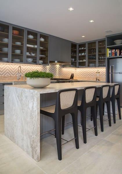 Balcão de mármore com tons neutros deixa decoração elegante (projeto: Marina Linhares)