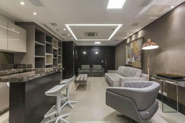 balcão de mármore em cozinha americana combina com decoração cinza (projeto: Marli Assis)