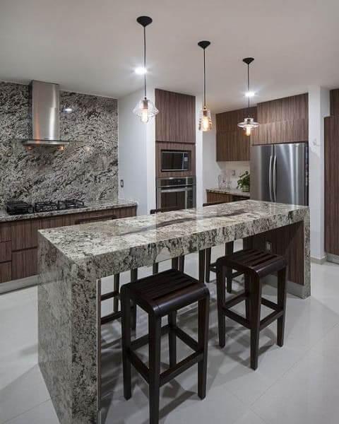 Balcão de mármore combina com revestimento da parede atrás do fogão (foto: Pinterest)