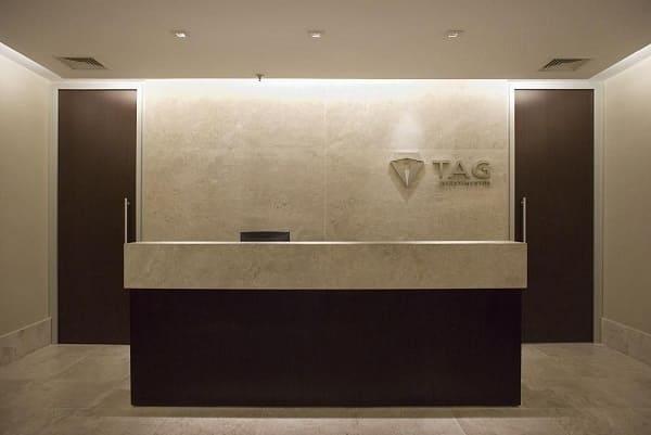 Balcão de mármore em recepção (projeto: Karen Pisacane)