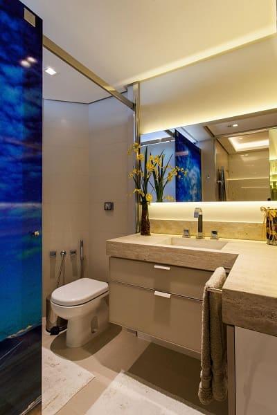 Balcão de mármore no banheiro combina com piso e parede (projeto: Juliana Pippi)