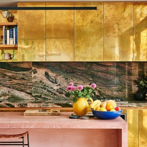 Balcão de mármore rosa e mármore verde musgo na parede (foto: Revista Viva Decora)