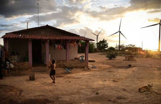 Energia eólica: vilarejo no Piauí próximo às torres de energia eólica (foto: Zanone Fraissat/Folhapress)