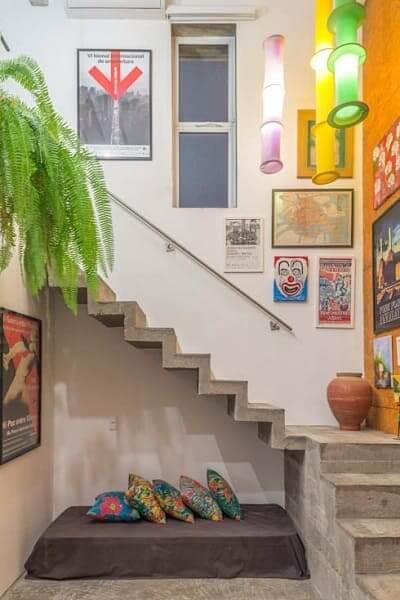 Escada de concreto cascata com sofá embaixo (foto: Pinterest)