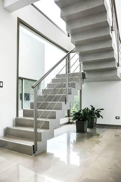 Escada de concreto com corrimão de aço (foto: Pinterest)
