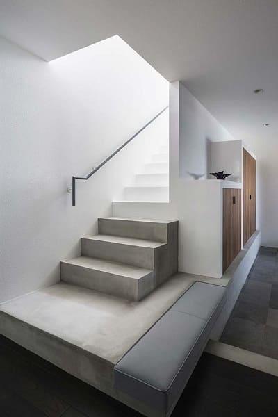 Escada de concreto com corrimão de ferro é opção para espaços minimalistas (foto: Pinterest)