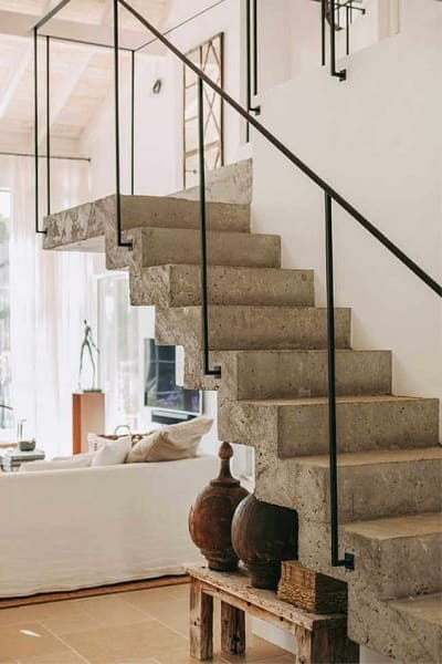 Escada de concreto com corrimão de ferro (foto: Pinterest)