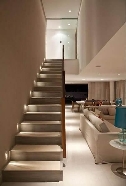 Escada de concreto com iluminação traz segurança e deixa o ambiente bonito (projeto: SQ+ Arquitetos Associados)