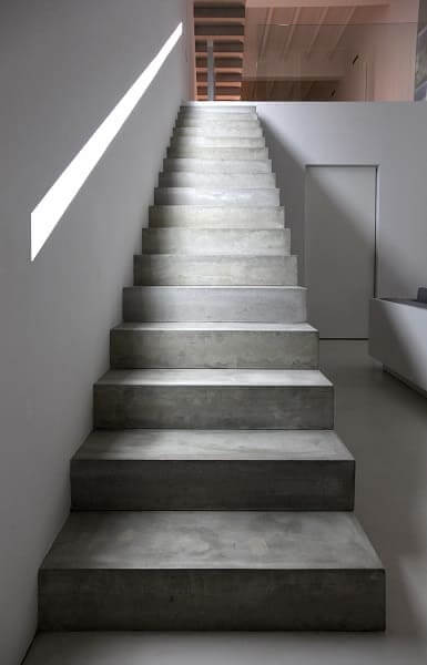 Escada de concreto com iluminação zenital (projeto: Borja Gárcia)