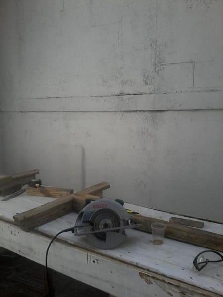 Como fazer escada de concreto: desenho na parede auxilia a colocação dos degraus