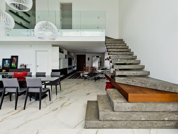 Escada de concreto e piso de mármore (projeto: Espaço do Traço Arquitetura)