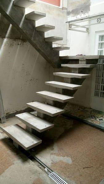Escada de concreto em área externa (foto: Pinterest)