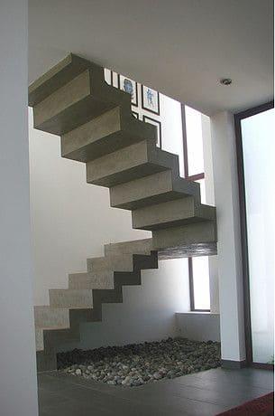 Escada de concreto em leque é interessante para espaços pequenos (foto: Pinterest)