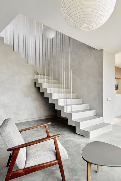 Escada de concreto pintada de branco deixa decoração elegante (foto: Pinterest)
