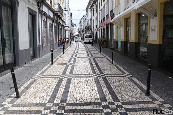 Calçada de Pedra Portuguesa com desenho geométrico em São Miguel, Portugal