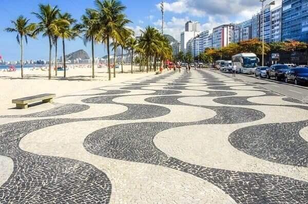 Calçada de Pedra Portuguesa em Copacabana inspirada no Largo do Rossio, em Portugal