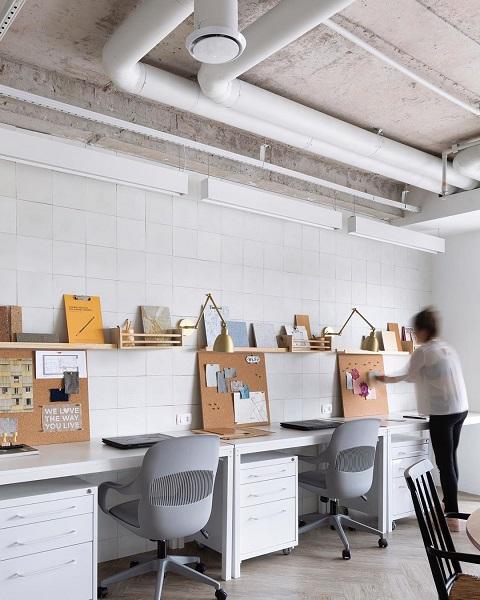 Doma Arquitetura: escritório mesa de trabalho com quadros