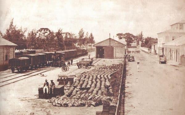 Estação da Luz: pátio da estação nos anos 1860/1870. À direita, a rua Mauá, à esquerda o jardim da luz (foto: estacoesferroviarias.com.br)