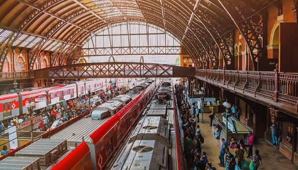 Estação da Luz: passageiros pegando o trem