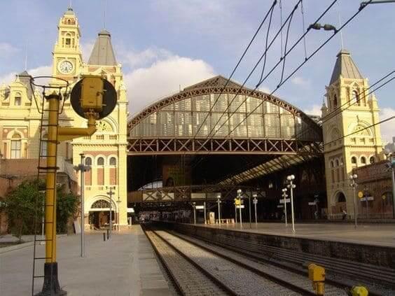 Estação da Luz: visão dos trilhos no lado de fora