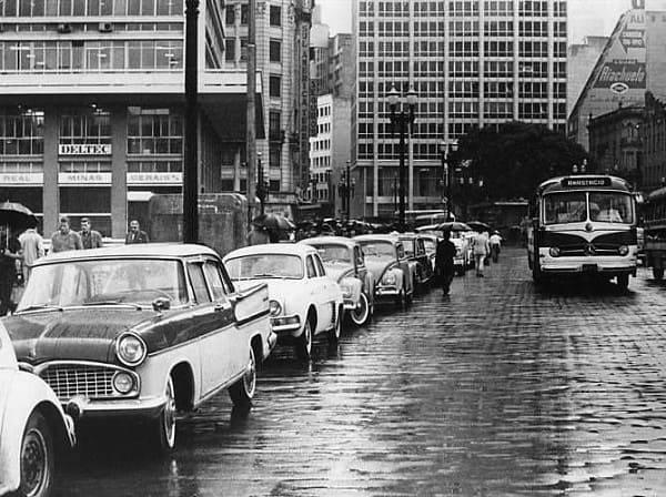 Estatuto da Cidade: São Paulo nos anos 60 - crescimento da cidade e do trânsito começou a causar problemas (foto: Pinterest)