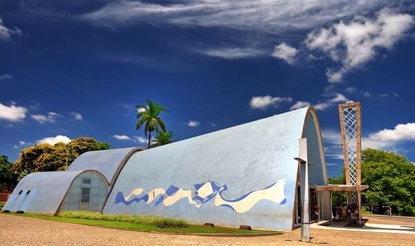 Igreja da Pampulha: fachada lateral azul com mosaico de azulejo azul com desenho de ondas