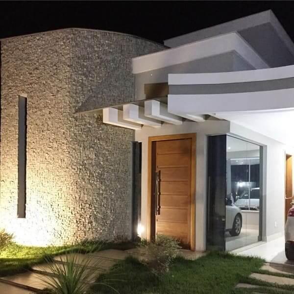 Pedra Portuguesa: fachada de tom neutro com abertura vertical (foto: studio arquitetônico)