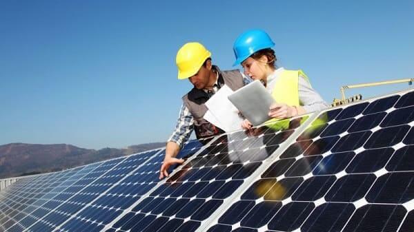 Placa solar: contratar empresa especializada garante instalação correta