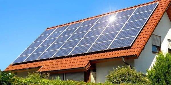 Placa solar: energia solar em telhado de duas águas