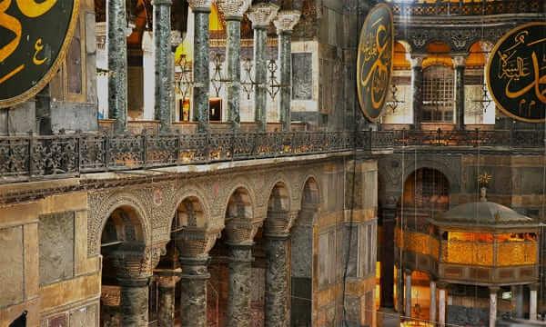 Arquitetura Bizantina: detalhes das vigas e guarda-corpo