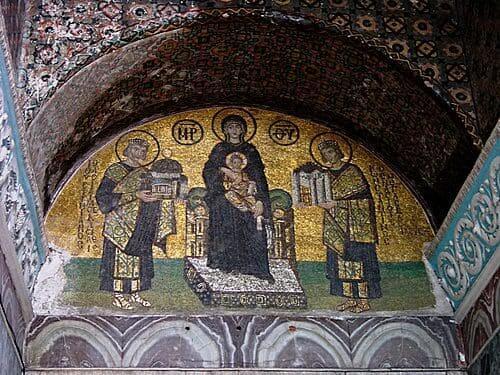 Arquitetura bizantina: mosaico da Virgem Maria entre Constantino e Justiniano na Catedral de Santa Sofia