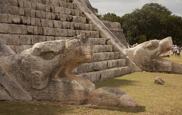 As sete maravilhas do mundo: Chichén Itzá - base da Piramide El Castilo com esculturas