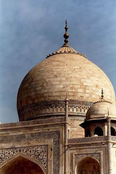 As sete maravilhas do mundo: Taj Mahal - detalhes da cúpula em forma de cebola, típica da arquitetura islâmica