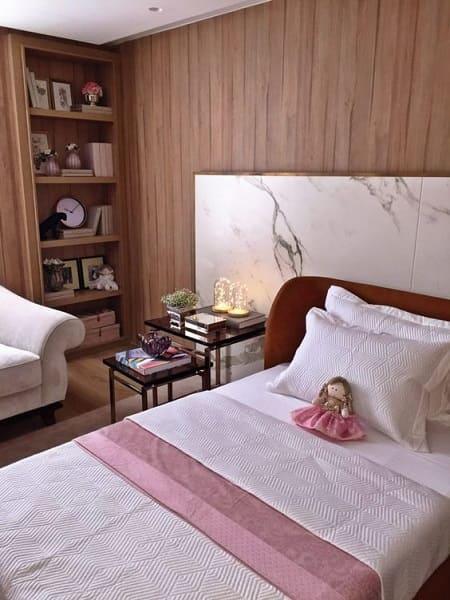 8. Dekton Aura na cabeceira da cama combina com painel de madeira