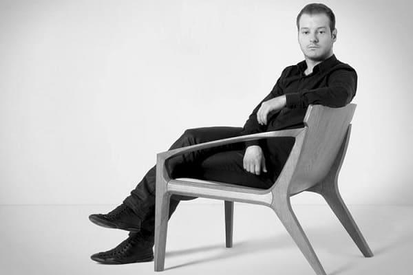 Jader Almeida sentado em uma de suas cadeiras