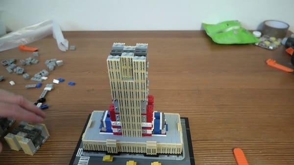 LEGO Arquitetura: Empire State Building em processo de montagem (foto: Youtube)